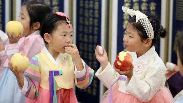 17일 오전 서울 농협하나로마트 양재점에서 추석을 앞두고 어린이들이 명절 차례상 체험을 하고 있다. ⓒ뉴시스·여성신문
