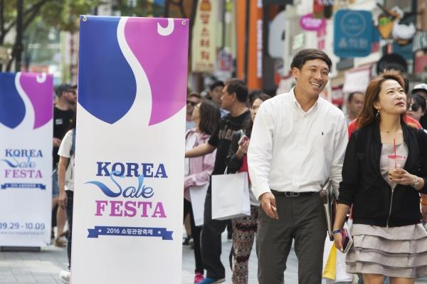 서울 중구 명동거리에 '코리아 세일 페스타'를 알리는 광고물이 세워져 있다. ⓒ이정실 사진기자
