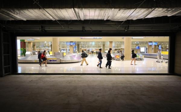 정부가 공항 입국장 면세점 내년부터 도입키로한 27일 오후 인천국제공항 제1터미널 입국장 면세점 예정부스 앞을 여행객들이 지나가고 있다. ⓒ뉴시스·여성신문