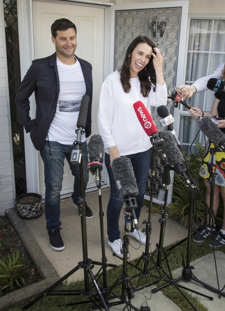 재신더 아던 뉴질랜드 총리가 지난 1월 당시 오클랜드에서 애인이 클라크 게이퍼드와 함께 자신의 첫 아이 임신에 관한 기자회견을 하던 모습. ⓒ뉴시스·여성신문