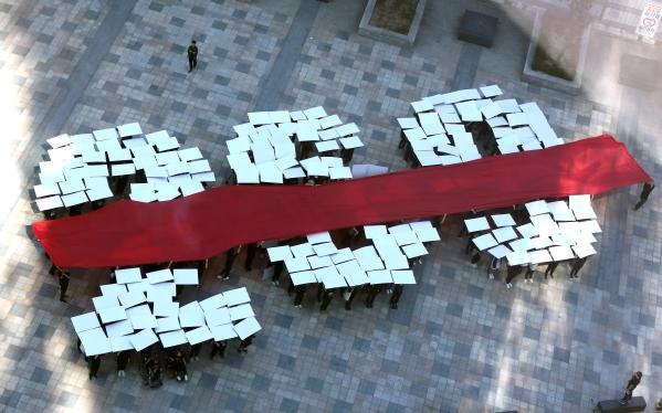 모두를위한낙태죄폐지공동행동이 29일 서울 중구 청계천 한빛광장에서 안전하고 합법적인 임신중단을 위한 국제 행동의 날 기념 '269명이 만드는 형법 제269조 폐지 퍼포먼스'를 하고 있다. ⓒ이정실 여성신문 사진기자