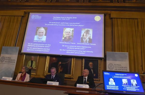 스웨덴 왕립과학원 노벨위원회가 2일(현지시간) 노벨 물리학상 수상자들을 발표하고 있다. 올해 노벨 물리학상은 미국의 아서 애슈킨, 프랑스의 제라르 무루, 캐나다의 도나 스트릭랜드 등 3명의 연구자에게 돌아갔다. ⓒ뉴시스ㆍ여성신문