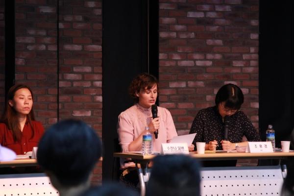 수잔나 딜버 스웨덴 공연예술연맹 배우 부문 이사회 의장이 지난 7일 서울 종로구 이음센터에서 열린 '연대의 힘이 만들어내는 새로운 동력, 자발적 연대는 어떻게 가능한가' 포럼에 참석해 발언하고 있다. ⓒ한국여성인권진흥원 제공