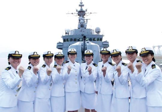 해군사관학교 최초로 배출된 57기 신임 여군 소위들. 사진은 기사 내용과 무관. ⓒ여성신문
