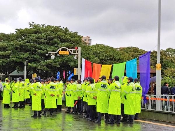 지난 9월 29일 제주퀴어문화축제 현장. 이날 퍼레이드는 경찰의 협조 하에 평화롭게 치러졌다. ⓒ노유다