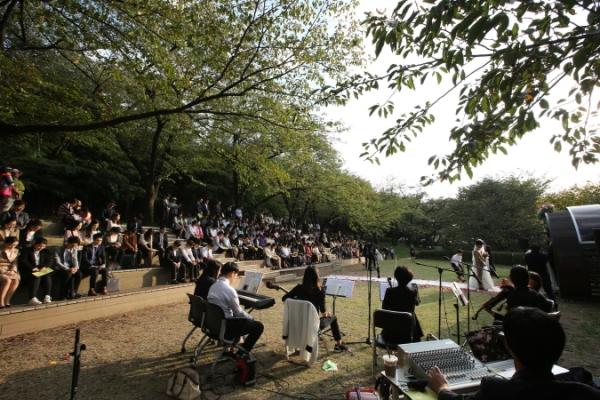 서대문구 안산(鞍山) 숲속쉼터 잔디마당 결혼식 정경 ⓒ서대문구청