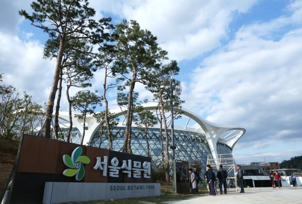 11일 임시 개방한 서울식물원 입구에서 관람객들이 안내도를 살펴보고 있다.