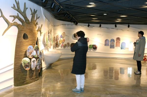 서울식물원 식물문화센터 내 전시관을 관람객들이 둘러보고 있다.