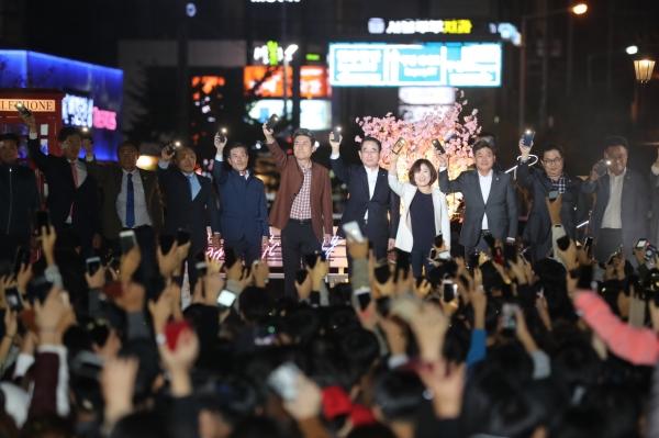 지난 13일 포항시는 미래를 걱정하는 청년층들을 위로하고 스트레스를 해소할 수 있는 기회를 제공하고자 청년 氣-UP 페스티벌 '로맨틱 Party' 개최했다. ⓒ포항시청