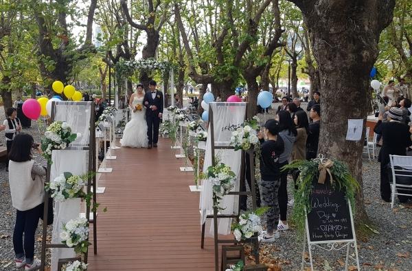 지난 13일 부산시에서는 검소하고 건전한 혼례문화를 확산하고 건강한 가정을 이루도록 지원하기 위한 '작은 결혼식(Beautiful Small Wedding)'을 부산시민공원 다솜관 앞 기억의 숲에서 열렸다. ⓒ김수경 기자