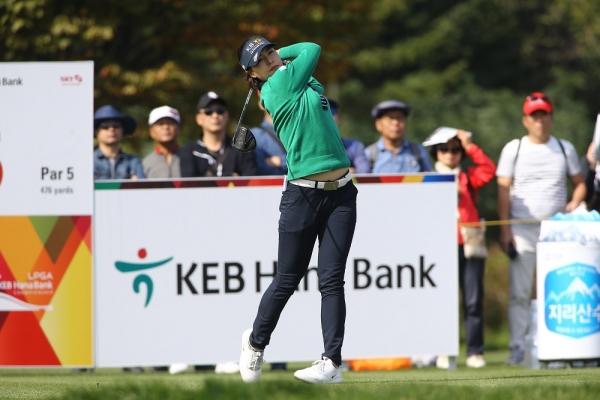 전인지가 14일 인천 스카이72 오션코스에서 끝난 LPGA 투어 KEB하나은행챔피언십에서 16언더파 272타를 쳐 정상에 올랐다. 이날 5번홀에서 티샷을 날리고 있는 전인지 ⓒ뉴시스·여성신문