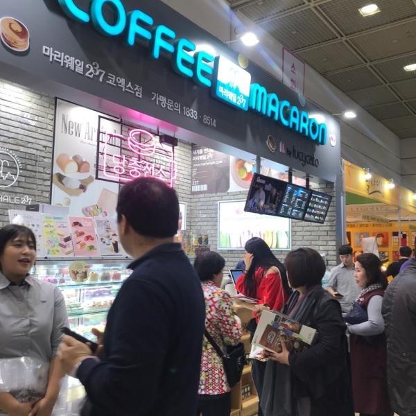국내 최대 규모의 프랜차이즈 창업 상담 전시회인 프랜차이즈 서울이 코엑스에서 열렸다. 18일부터 20일까지 3일간 진행되는 이번 전시회에는 250개사 591개 부스가 참여해 성황을 이뤘다.