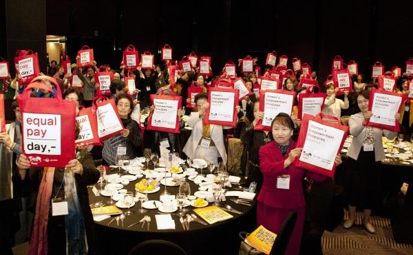 19일 서울 더플라자 호텔에서 열린 전문직여성 한국연맹 50주년 기념 행사에 참석한 회원들이 기념 세레모니를 하고 있다. ⓒ이정실 여성신문 사진기자
