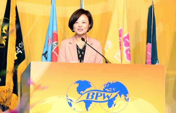 진선미 여성가족부 장관이 19일 서울 더플라자 호텔에서 열린 전문직여성 한국연맹 50주년 기념행사에 참가해 축사를 전하고 있다. ⓒ이정실 여성신문 사진기자