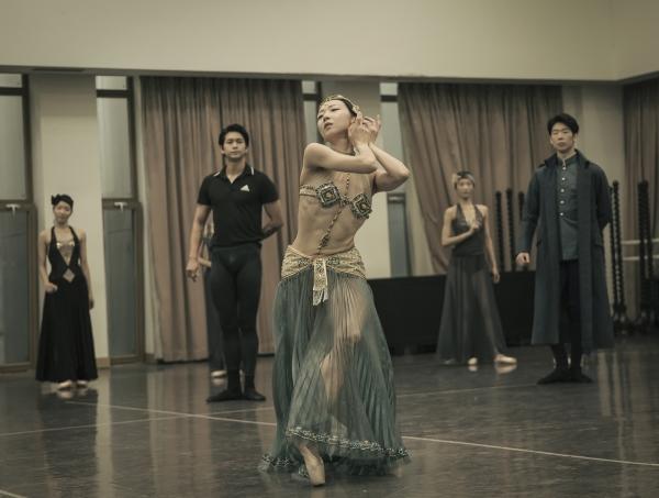1905 무희 마타 하리(박슬기 수석무용수)의 파리 기메박물관 공연을 발레 동작으로 재현한 연습 장면. 사진_국립발레단 제공