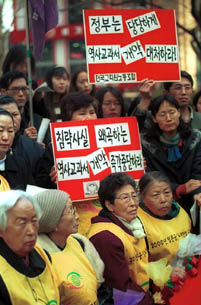 With a few days left to Mar. 1, the anniversary of the uprising against Japanese colonial rule, teachers from the Korea Teachers Union and grandmas who were once comfort women gather to protest the revision of Japanese history textbooks