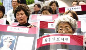 Mothers of soldiers, members of AFUDVA, organized a rally in front of Myongdong Cathedral on May 28 calling for investigations and administrative measures regarding unexplained deaths in the army.