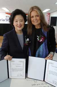 Gloria Steinem, posing for the camera with The Womens News president Lee Gye Gyung after visiting the paper and signing the certificate consenting to be the honorary advisor to The Womens News.