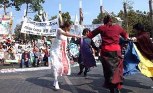 At the October 8 Anti-War Pro-Peace Culture Fest held in Insa-dong on the anniversary of the US attack on Afghanistan, participating women perform a dance of peace.