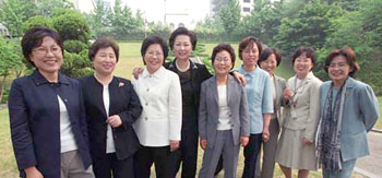 Women have gathered to launch all-out preparations for next years General Election. From left: Representative Cho Hyun-oak of the Democratic Alliance for Womens Political Empowerment, Director Kim Kum-rae of the Womens Bureau, Grand National Party, Representative Lee Oh Kyung-sook of the KWAU, President Lee Chun-ho of the Women Voters League, President Choi Hyun-sook of the Womens Committee, Democratic Labor Party, Executive member Oh Jeong-rye of the Peoples Party for Reform, Professor Kim Min-jeong of the University of Seoul, Executive member Go Eun Gwang-soon of the Women Politicians Bodyguard HQ, Director Yoo Seung-hee of the Womens Bureau, New Millennium Democratic Party.