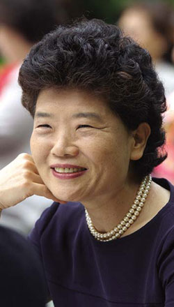 Kim Kyeong-im, former head of the Cultural Affairs Bureau of the Ministry of Foreign Affairs and Trade and currently serving as ambassadress to Tunisia, the second woman ambassador in the history of Korean foreign diplomacy. She was the first woman to pass the foreign diplomat examination in 1978, and served as the first woman director-general in the Ministry of Foreign Affairs, setting records in the history of women public servants.