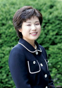 Hyoseon Kim Publisher of the Womens NewsHyoseon Kim was born in 1961. She obtained a Bachelors degree in sociology and a Masters degree in womens studies, both from Ewha University. She joined the Womens News as a staff member at its inception. Since the death of Goh Jung-Hee, first editor-in chief, she had worked as chief editor for more than 10 years, and became publisher in 2003.