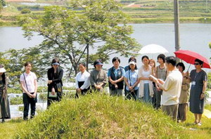Sharing a moment of silence at Goh Jung-Hees grave are members of the Alternative Culture association. At the far left is Park Heran, chairperson of the editorial committe of The Womens News.