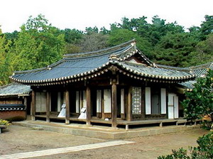 The home of Huh Nansolhon, a feminist poet, looks a little shabby compared to the home of Shin Saimdang who is revered as the