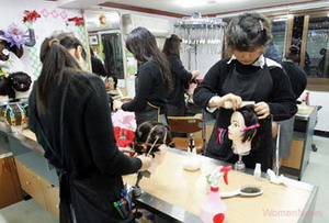 Former sex-industry workers prepare for their new lives by studying hairdressing and beautician skills at a self-supporting training center in Seoul. The Ministry of Gender Equality has been assigned a budget of KRW 22.1 billion to support former sex-industry workers as they begin their new lives.