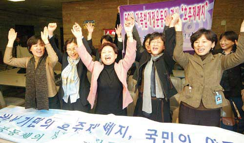 Building on the previous years efforts, Korean women made landmark achievements in the first half of the year. Here are the headlines related to women issues from all spectrums of society.