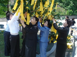 Put your yellow handkerchiefs on the olive trees, held by the 2007 WWPFG Steering Committee at the May 18 Democratic Cemetery in Mangwoldong.