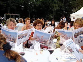 Foreign participants who were reading The Womens News during the International Interdisciplinary Congress on Women(IICW) in June, 2005