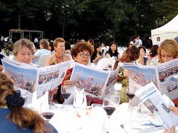 International participants of International Interdisciplinary Congress on Women(IICW) reading the English edition of the Women's News in June 2005. Since 2000, Women's News is also focusing on establishing an international network of women.
