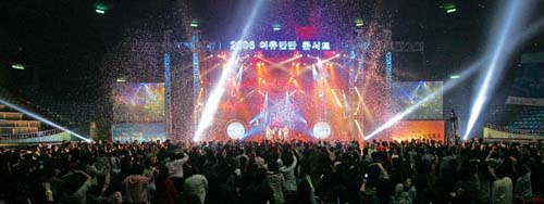 Yeoyumanman Concert where women of all ages, from teens to seniors, gather around to share feelings and fave fun.