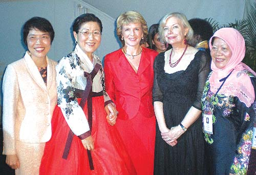 Ahn Yoon-jung, president of Federation of Korean Business Women (second from the left) attending the 12th APEC Women Leaders' Network Meeting in Port Douglas, Australia, in June. She discussed exchange between women entrepreneurs and signed MOU with International Women's Federation of Commerce and Industry. In the photo she is along with Julie Bishop, Australia's Minister assisting the Prime Minister for Women's Issues (middle) and Heather Ridout, chair of the meeting (second from the right).
