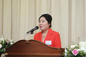 Kim Soon-ok, president of the Korea Business Women's Federation giving a speech with the topic of 'Strategy in response to economic change' at a breakfast discussion meeting in April at Seoul Diplomatic Center Leaders' Club.