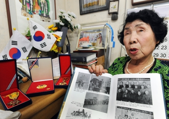 The 68th anniversary of national independence is just around the corner. Oh Hee-ok (Korea Veterans Welfare Town in Suwon, Gyeonggi Province) is showing a faded photo of herself with her colleagues, Ji Bok-young and Oh Gwang-sim. She is talking about the role of the Female Independence Army during the Japanese colonial era.