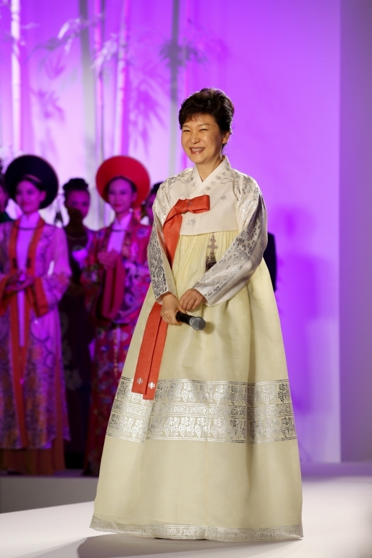 President Park Geun-hye delivered congratulatory remarks at a fashion show on Hanbok and ao dai held in Hanoi, Vietnam. At the show, President Park showed off the beauty of Hanbok on the runway.