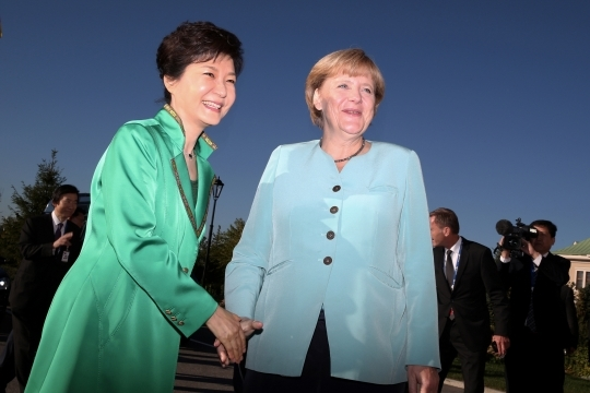 President Park Geun-hye(left) shakes hands with German Chancellor Angela Merkel on September 6 in St. Petersburg, Russia.