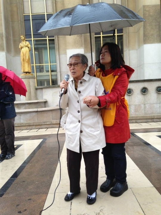 Survivor Kim Bok-dong(left) testifies at the Wednesday Demonstration.