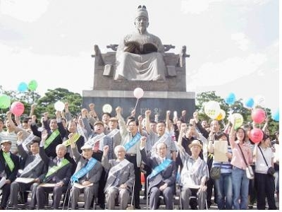 People standing in front of the statue of King Sejong in hopes of designating Hangul Day as statutory holiday