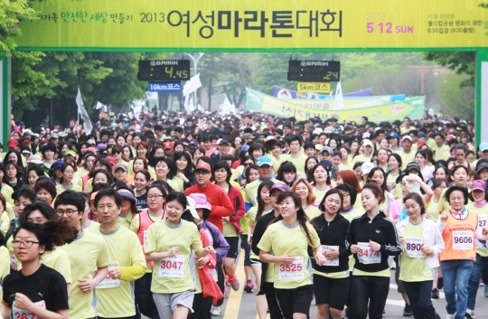 Women Marathon, which began in 2001, settled as the most representative festival for gender-equality family culture.   ⓒ Women News