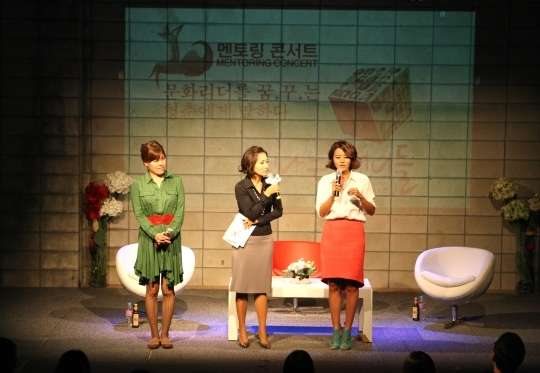 """Sinnaneun Eonnideul"" talk concert, which started in 2012 as a concept of healing, is greatly welcomed by women in their 20s and 30s. The picture features Son Mina (right), the traveller and a writer, speaking at the first concert of Season 2 in September.   ⓒ Women News"