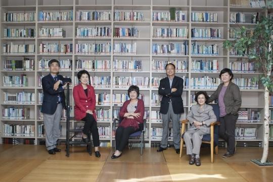Prof. Choi Yeon-hyuk, WN publisher Kim Hyo-sun, Director Kim Eun-kyung, Prof. Kim Hyung-jun, WSWS Head Shin Pil-kyun, and Executive Director Kim Eun-ju, from left to right.