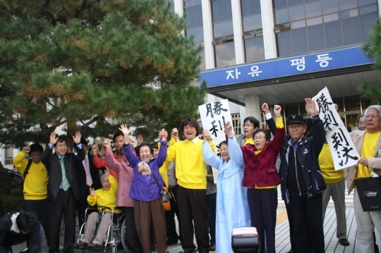 The women who were conscripted into forced labor including Yang Geum-deok have won their lawsuit demanding for compensation from Mitsubishi Heavy Industries of Japan.  ⓒ Civic Support Group for Victims of Forced Labor
