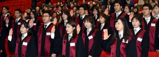 At the inaugural ceremony of new prosecutors at the Government Complex auditorium in Gacheon on February 2th. Clearly, more women have become prosecutors in recent years.   ⓒ Newsis & Women's News
