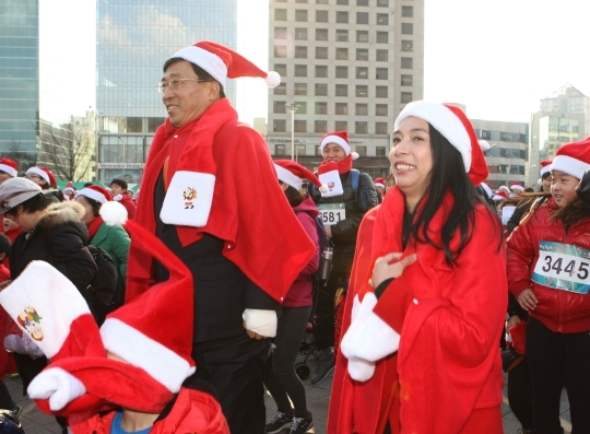 "Saenuri Party lawmaker Lee Jasmine and Democratic Party lawmaker Kim Chun-jin are dancing to the tune of girl group Crayon Pop's ""Bar Bar Bar"" at the 2013 Santa Sports Up Festival held on the 7th at Peace Square, Olympic Park, Songpa-gu, Seoul. ⓒ Lee Jeong-sil Women's News Photographer"
