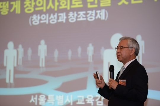 Superintendent Moon Yonglin giving a lecture at a breakfast seminar held on 11th. ⓒWomen's News