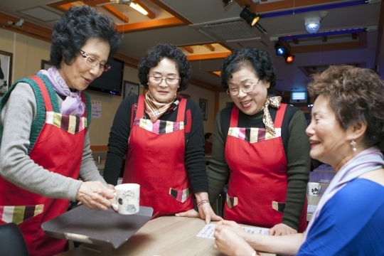 "Located at Nagwon-dong, Jongno-gu, Seoul, ""Adding Memories"" is a senior-friendly cafe that opened this September. Chang Sunja (70, left), who does serving at this cafe, is as old as seventy this year but is enjoying the work and not showing any signs of difficulty. ⓒ Lee Jeong-sil Womens News Photographer"