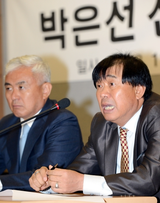 Last July at the Assembly Hall of Seoul Sports Council in Jungnang-gu, Seoul, Seo Jung-ho (right), coach of Seoul City Women's Football Club, is answering reporters' questions during a press conference on the gender controversy of Seoul City Women's Football Club player Park Eun-seon. ⓒ Newsis·Women's News